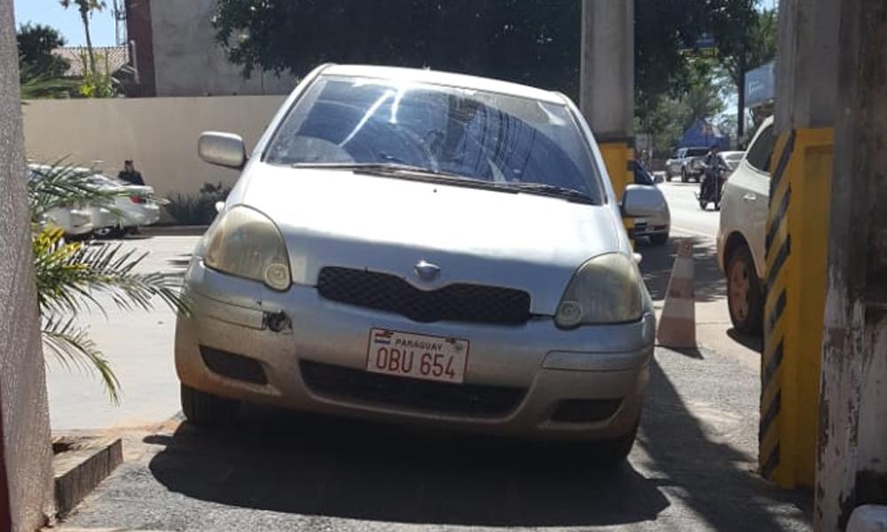 Vehículo cierra vereda e impide paso a peatones