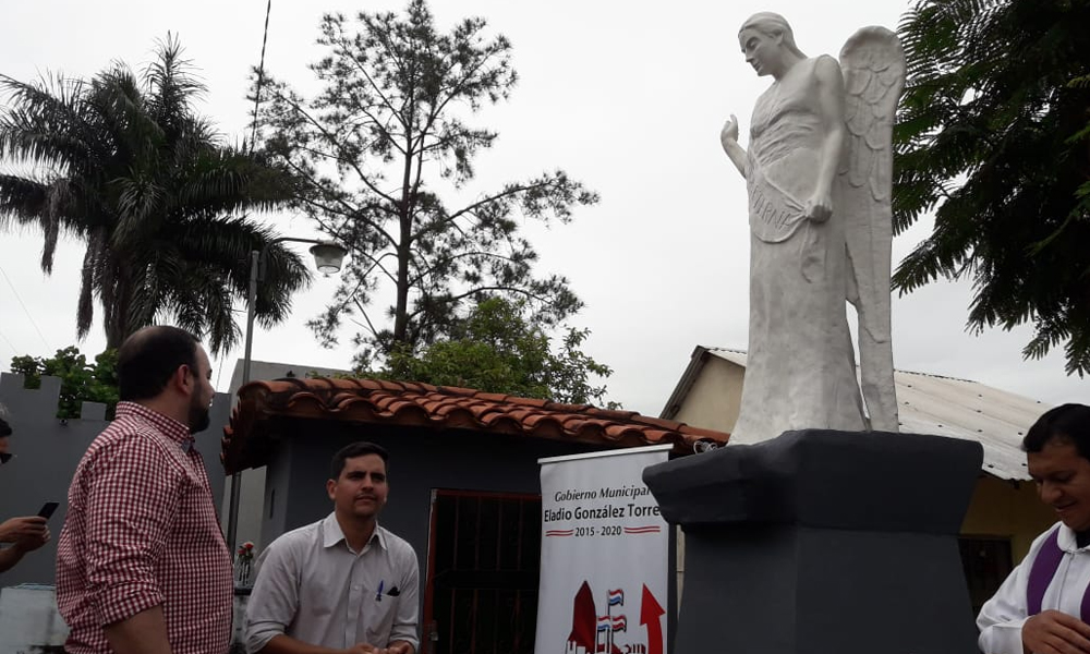 Herib Godoy dona escultura al cementerio de Coronel Oviedo