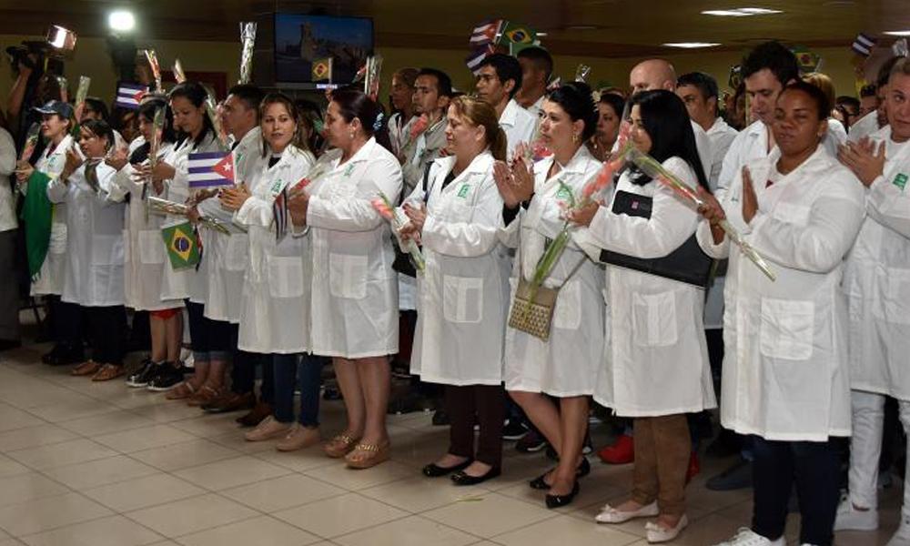 Cuba recibe como héroes a primeros médicos que vuelven de Brasil