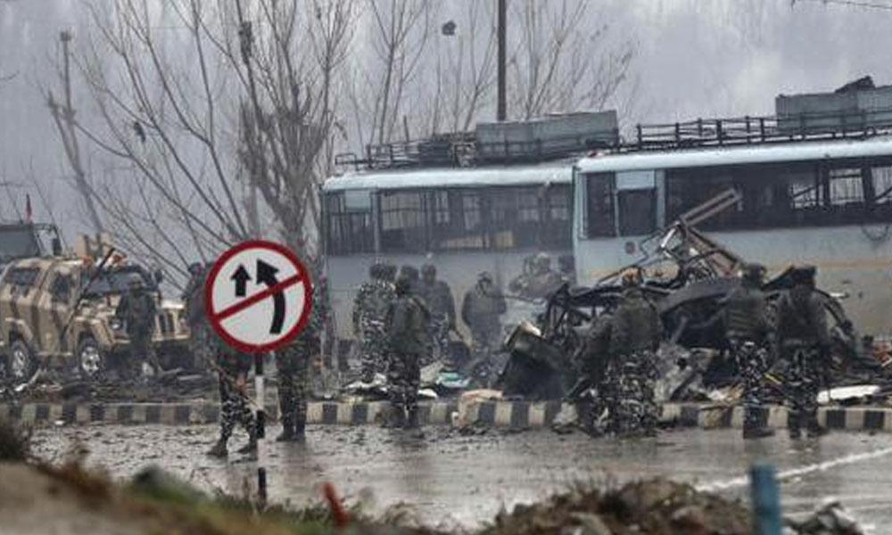Mueren 44 policías en un atentado con coche bomba en la India