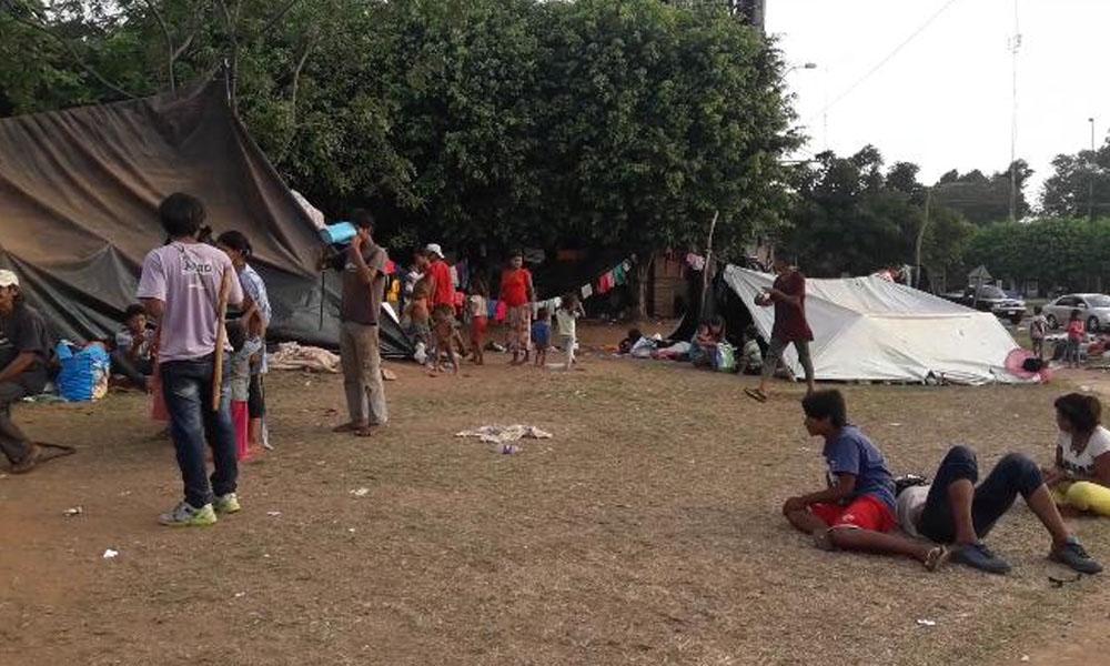 Denuncian a indigenas  por contaminación en el cruce de Coronel Oviedo