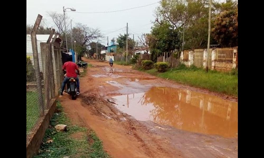 Vecinos exigen solución a camino en pésimas condiciones, a pasos del centro