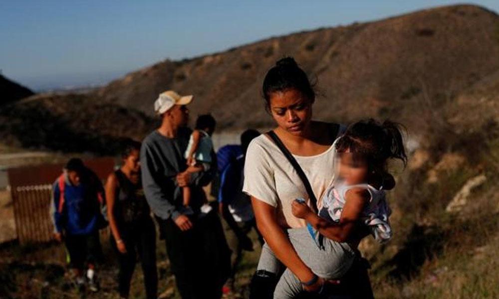 Muere una niña migrante deshidratada bajo custodia de EEUU