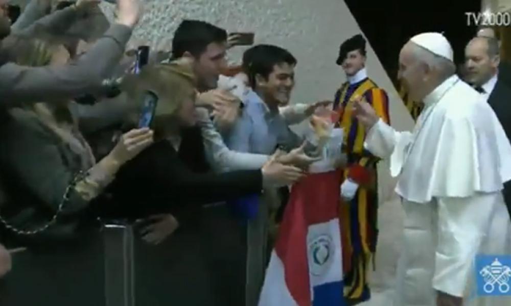 Papa Francisco probó la chipa que le invitaron unos paraguayos