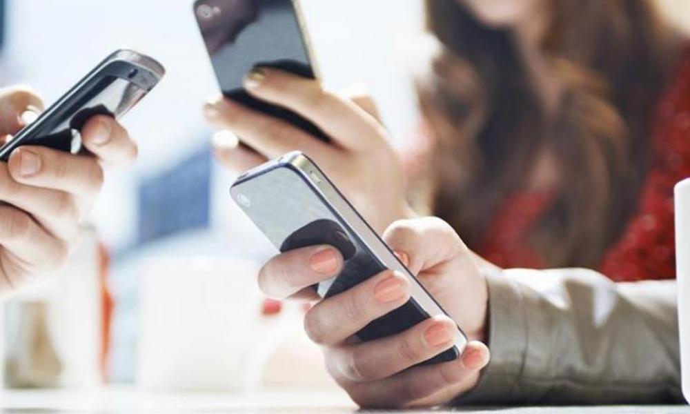 Uso excesivo de celulares se asocia con lesiones osteomusculares