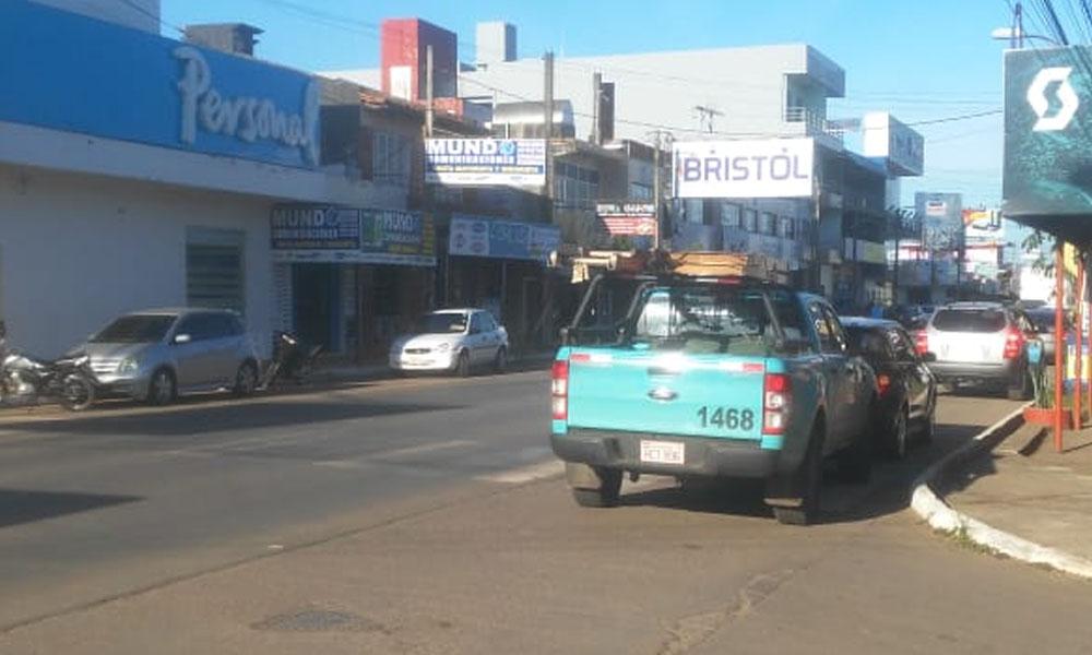 Móvil de la ANDE se estaciona sobre franja peatonal en Coronel Oviedo