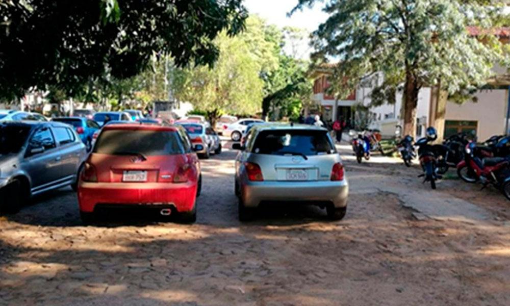 Vehículos cierran paso de estacionamiento del hospital
